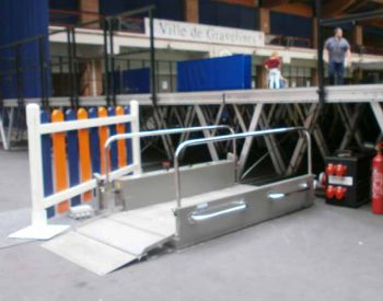 Vertical elevator platform hire for the disabled and the handicapped, Hélios model