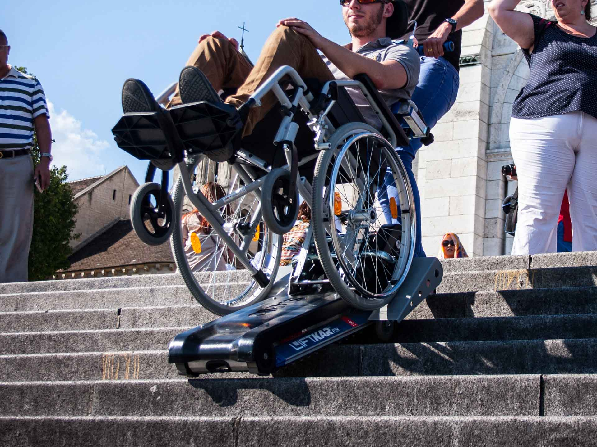 Rent a tracked stair climber for the disabled or handicapped in Paris and everywhere in France