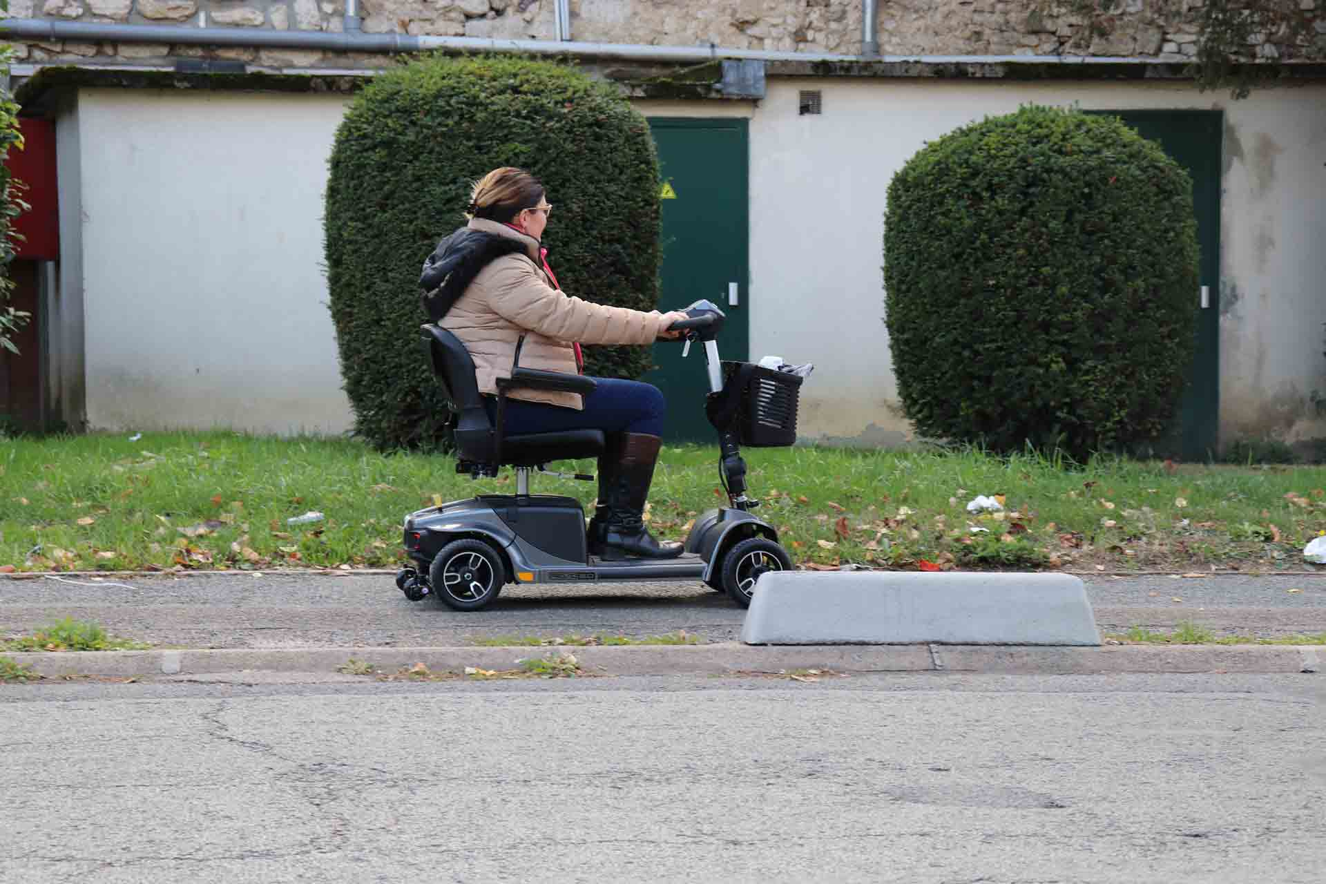 Hire electric scooter REVO in France paris